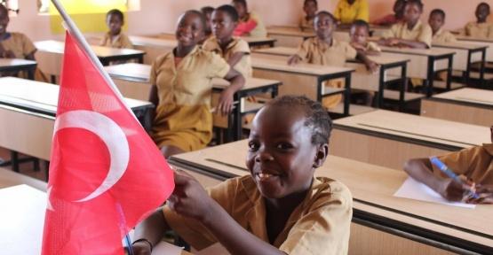 Kamerun'da kardeş belediyenin okuluna TİKA'dan destek