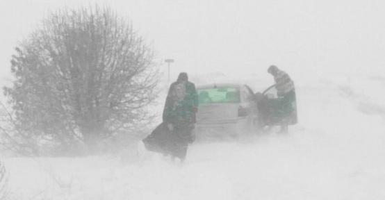 Kar ve tipide mahsur kalan aileyi jandarma kurtardı