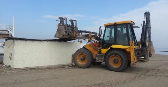 Karasu sahilinde kaçak yapılar yıkıldı