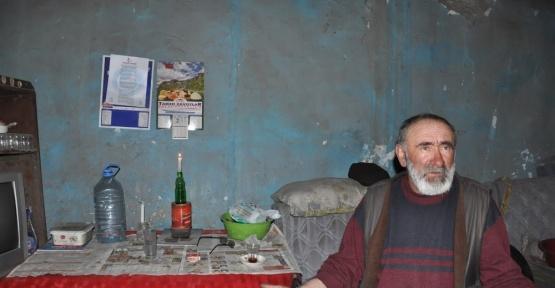 Kars'ta kalp hastası yaşlı adam mum ışığında yaşam mücadelesi veriyor