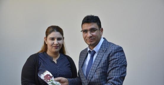 Kaymakam Çimşit'ten kurumlarda çalışan bayan personele karanfil