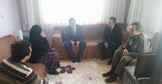 Kaymakam Öztürk, şehit ailelerini ziyaret etti