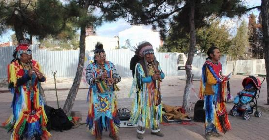 Kızılderililerin mini konseri Romanları kızdırdı