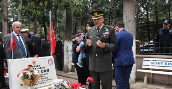 Komutanı, şehit askerin mezarını ziyaret etti