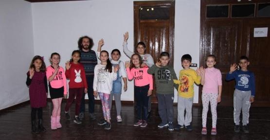 Kuşadası'nda yenilikçi drama eğitimleri devam ediyor