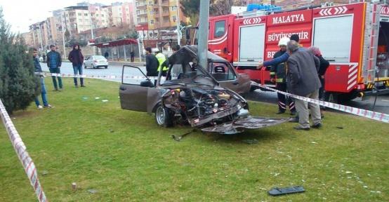 Malatya'da otomobil aydınlatma direğine çarptı: 1 yaralı var