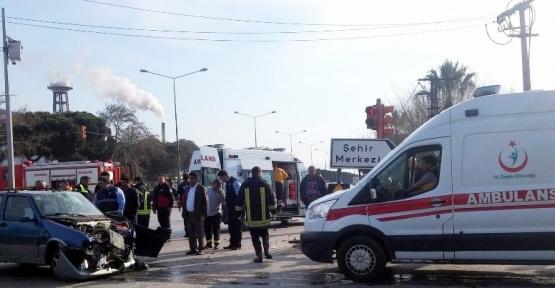 Manisa'da iki otomobil çarpıştı: 5 yaralı