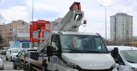 Melikgazi Belediyesine 2 seyyar tamir aracı ile 1 ağaç budama aracı alındı