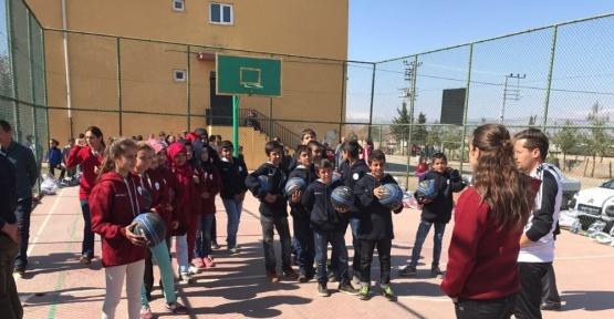 Milli yıldız Tuğba Palazoğlu, genç basketbolcuların yüzünü güldürdü