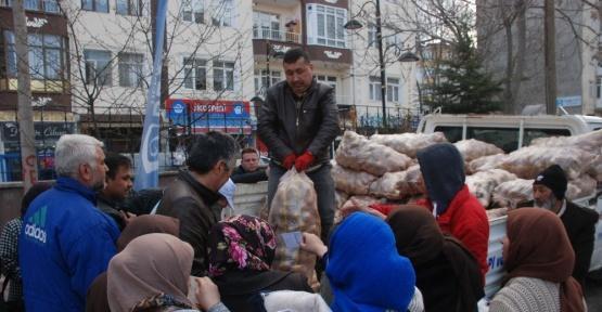 Mültecilere patates yardımı
