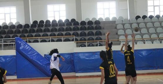 Necatibey Ortaokulu hentbolda derece elde etti