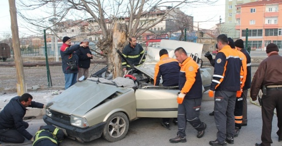 Niğde'de ağaca çarpan araç takla attı: 2 ölü