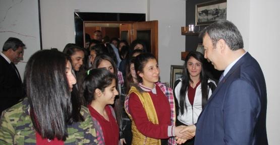 Öğrenciler 'Osman Abi'leri ile fotoğraf çektirmek için birbiriyle yarıştı