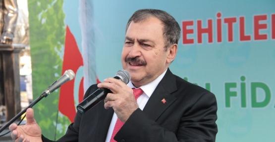 Orman ve Su İşleri Bakanı Veysel Eroğlu Sarıyer'de fidan dağıttı