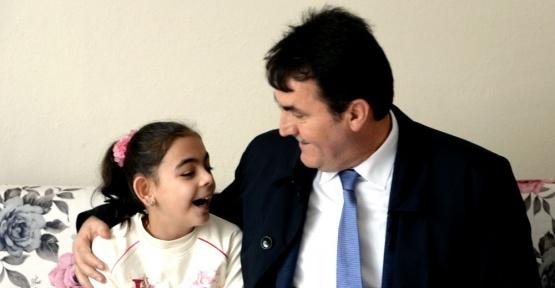 Osmangazi Belediye Başkanı Mustafa Dündar, doğuştan görme özürlü Esma'ya ışık oldu
