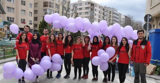 Osmangazi Üniversitesi Akut Öğrenci Topluluğu kadınlara balon dağıttı