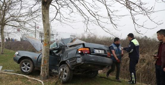 Otomobil ağaca çarptı: 1 ölü, 1 yaralı
