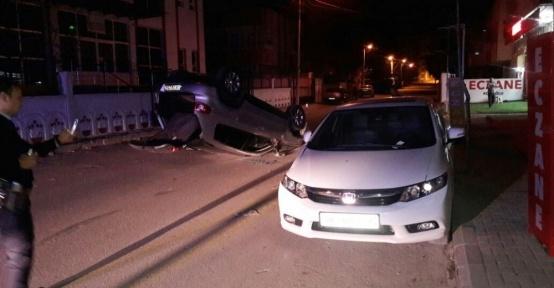 Otomobil park halindeki araca çarpıp takla attı: 1 yaralı