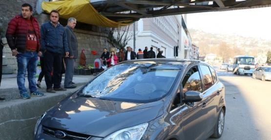 Otomobil yayalara çarptı: 1 ölü, 1 yaralı