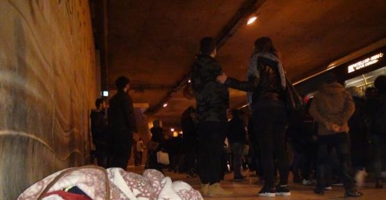 (Özel Haber) Taksim'de battaniye sarılı uyuyan çocuk yürekleri sızlattı