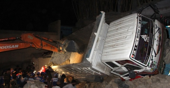 Pakistan'ın Ketta şehrinde kum yüklü bir kamyon kerpiç evin üstüne devrildi: 7 ölü