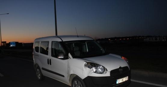 Peşindekilerden kaçmaya çalışan genç kadın otomobil altında kaldı