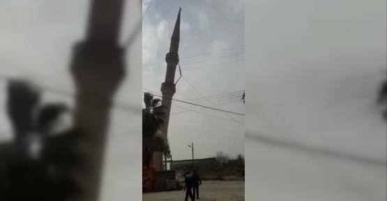Risk taşıyan minare kepçe yardımıyla yıkıldı