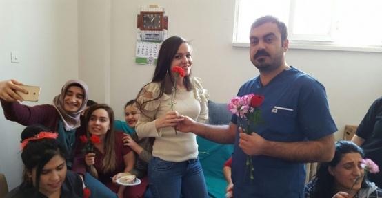 Sağlık-Sen'den kadınlara çiçek