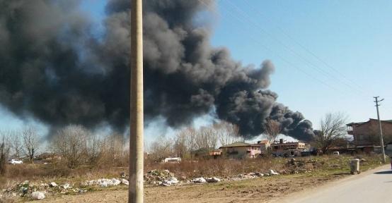 Sakarya'da lastik deposu yanıyor