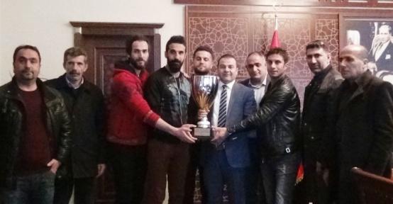 Şampiyonluk Kupasını Kaymakam Yaşar'a hediye ettiler