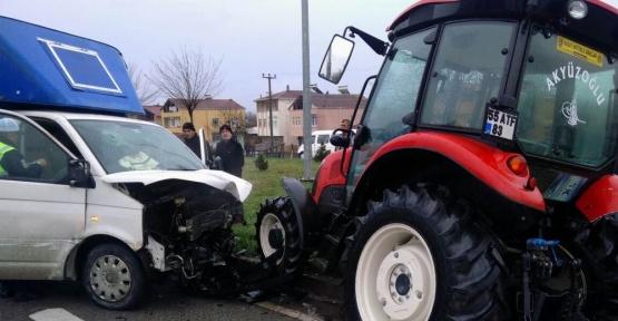 Samsun'da kamyonet ile traktör çarpıştı: 2 yaralı
