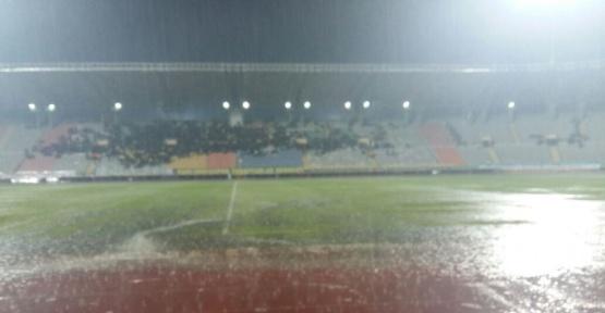 Şanlıurfaspor - Adana Demirspor maçına yağmur engeli