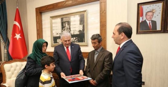 Şehit ailesi için yaptırılan evin anahtarı Başbakan Yıldırım'dan