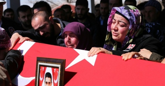 Şehit polis memuru gözyaşları arasında toprağa verildi
