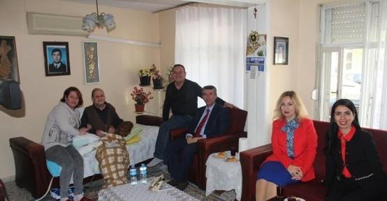 Şehit ve gazi ailelerini ziyaret ediyor