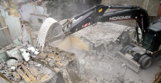 Selde zarar gören bina belediye ekiplerince yıkıldı