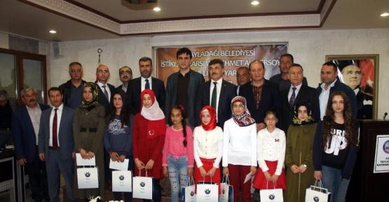 Şiir yarışmasında dereceye girenlere ödülleri verildi