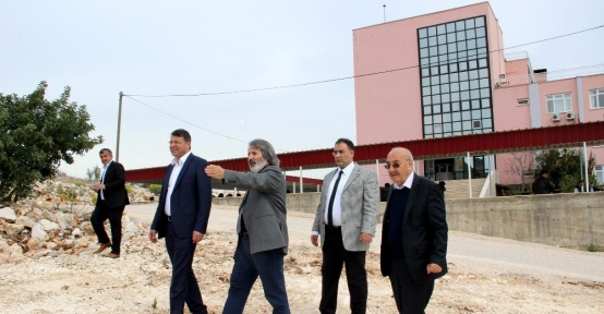 Silifke Belediyesi Yüksekokul çevresine cevre düzenlemesi yapıyor