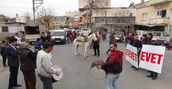Silifke'de at sırtında davullu zurnalı referandum çalışması