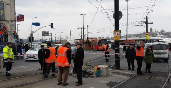 Sirkecide tramvay ikinci kez raydan çıktı