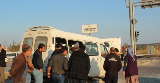 Tarım işçilerini taşıyan minibüsle otomobil çarpıştı: 4 yaralı
