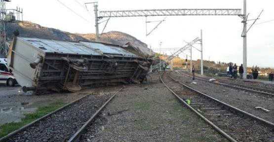Tren kamyona çarptı: 3 ölü