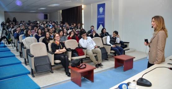 Ünlü Şef Deniz Orhun NEÜ'de konferans verdi