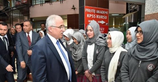Vali Tuna Siverek'te öğrencilerle Reis filmini izledi