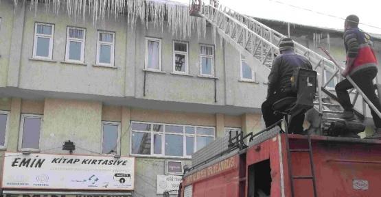 Varto Belediyesinden buz kırma çalışması