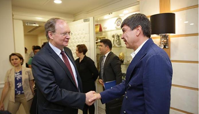 Başkanı Menderes Türel'i makamında ziyaret etti