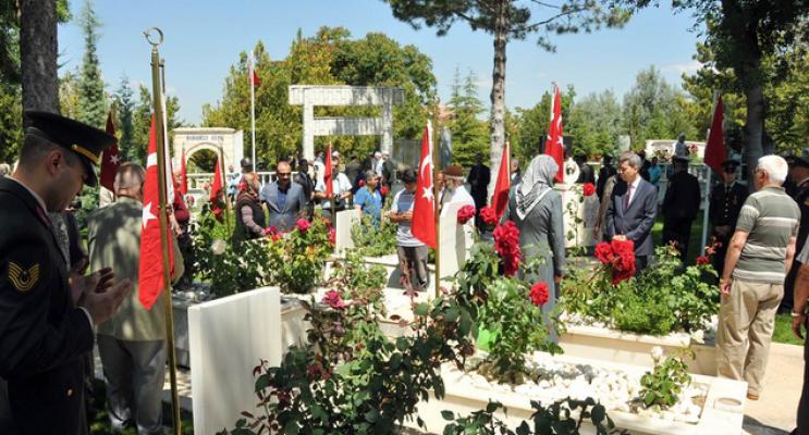 Karaman'da Vali Vekili Kaya Çelik, Şehitliği Ziyaret Etti