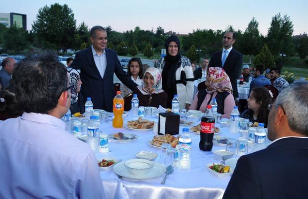 Valilik personeli ve mahalle sakinleriyle iftar yemeğinde buluştu