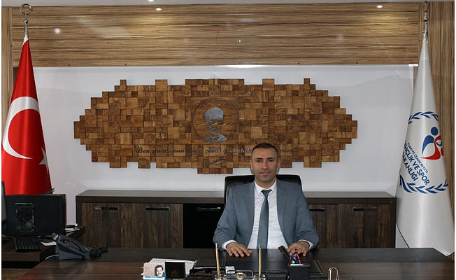 İL MÜDÜRÜ BEBEK'TEN OTURARAK VOLEYBOL TAKIMINA TEBRİK