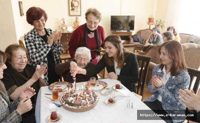 FUNDA VAROL HANIMEFENDİ, 104 YAŞINDAKİ EĞİTİM ÇINARI MUKİME ÖĞRETMENİ ZİYARET ETTİ